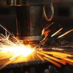 Laserschneiden auf ein Stück Metall